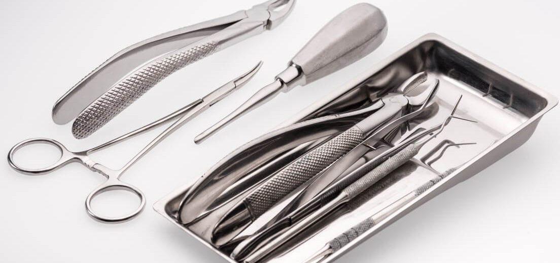 На какие этапы делится удаление дистопированных зубов